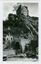 Burg Landeck und Tunnel der Reschenstraße (ursprüngl. für die projektierte Eisenbahnlinie Landeck - Mals im Vinschgau vorgesehen). Gelatinesilberabzug 9 x 14 cm; Risch-Lau, Bregenz, Ref. 6344; postalisch befördert 1938.  Inv.-Nr. vu914gs00265