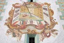 Vertikalsonnenuhr von Peter Anich im Fresko von Josef Zoller aus dem Jahr 1759 am südseitigen Turm der Pfarrkirche zum Hl. Michael in Natters, Bezirk Innsbruck-Land, Tirol. Digitalphoto; © Johann G. Mairhofer 2012.  Inv.-Nr. 1DSC05481