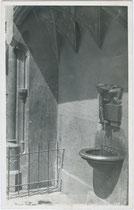 """Brunnen am Eingang zum Ansitz Neuhof unterhalb des Prunkerkers mit dem """"Goldenen Dachl"""". Gelatinesilberabzug 9 x 14 cm; Impressum: Wilhelm Stempfle, Innsbruck um 1930.  Inv.-Nr. vu914gs00469"""