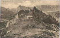 """""""Casino di Bersaglio (dt. Schützenheim) e Rovine del castel Mani"""" in San Lorenzo in Banale in Judikarien (it. Le Giudicare). Lichtdruck 9 x 14 cm; Narciss Lechner phot. (Standschützen-Oberleutnant), Innsbruck um 1905.  Inv.-Nr. vu914ld00127"""