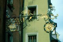 """Wirtschild vom Gasthof """"zur Post"""" in Rattenberg, Bezirk Kufstein, Tirol. Farbdiapositiv 24 x 36 mm; © Johann G. Mairhofer 1985. Inv.-Nr. dc135kd5032.11_22"""