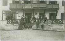 Wandergruppe einer alpinen Gesellschaft aus Hall in Tirol bei einem Alpengasthof wohl vor dem Abmarsch. Gelatinesilberabzug 9 x 14 cm; ohne Impressum, um 1910.  Inv.-Nr. vu914gs00727