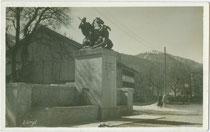 Brunnendenkmal von 1928 für die Gefallenen des Tiroler Volksaufstandes von 1809 und des Ersten Weltkriegs in Wörgl, Bezirk Kufstein, Tirol. Gelatinesilberabzug 9 x 14 cm ohne Impressum. Inv.-Nr. vu914gs01028