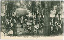 """Gastgarten vom Gasthof """"Bierwastl"""", Innrain 10 (auf dessen Gelände befindet sich heute der Neutrakt der Markthalle). Lichtdruck 9 x 14 cm; Impressum: Atelier (Anni) Zeibig, Innsbruck um 1910.  Inv.-Nr. vu914ld00003"""