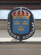 Konsulatsschild des Königreichs Schweden in Innsbruck, Andreas-Hofer-Straße 43. Digitalphoto; © Johann G. Mairhofer 2014.  Inv.-Nr. 2DSC00934