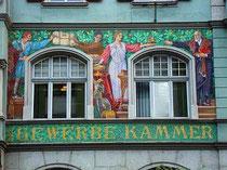 Von der Tiroler Mosaikanstalt nach Entwürfen von Alfons Siber (1860-1920) im Jahr 1906 ausgeführtes Mosaik an der Fassade der Tiroler Wirtschaftskammer, Meinhardstraße 14, Innsbruck.  Digitalphoto; © Johann G. Mairhofer 2011.  Inv.-Nr. DSC01767