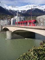 Straßenbahntriebwagen Bombardier der IVB (Innsbrucker Verkehrsbetriebe), Linie 3 auf der Universitätsbrücke, erbaut 1930/32 nach einem Entwurf von Arch. Franz Baumann (1892-1974). Digitalphoto; © Johann G. Mairhofer 2016.  Inv.-Nr. 2DSC04247