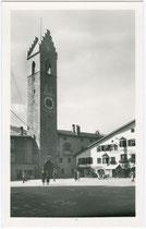 Der 46 m hohe Zwölferturm (ital. Torre delle Dodici) in Sterzing, 1468 bis 1472 nach Plänen von Baumeister Hans Feur von Sterzing errichtet. Gelatinesilberabzug 9 x 14 cm; Gius(eppe). Delfauro, Vipiteno um 1935.  Inv.-Nr. vu914gs00268