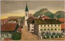 Innsbrucker Straße in Wörgl von Westen gegen den Pölven in den Kitzbüheler Alpen. Farblichtdruck 9 x 14 cm; Impressum: Raim(und). Haselberger, Wörgl 1918.  Inv.-Nr. vu914fld00003