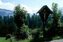 Wegkreuz am Weg zum Weiler Mühlbach in der Länge in Niederolang. Farbdiapositiv 24x36mm; © Johann G. Mairhofer 1998.  Inv-Nr. dc135kn0239.02_16