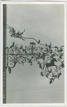 Wirtsschild vom Gasthof WEISSES RÖSSL in Kaltern, Marktplatz 11. Gelatinesilberabzug 9x14cm; A(lfred). Stockhammer Hall in Tirol 1926.  Inv-Nr. vu914gs00240