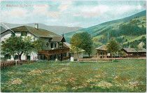 Bräuhaus und Gastwirtschaft in St. Peter, Gemeinde Lajen im Grödner Tal. Photochromdruck 9 x 14 cm; Impressum: Joh(ann). F(ilibert). Amonn, Bozen um 1905.  Inv.-Nr. vu914pcd00227