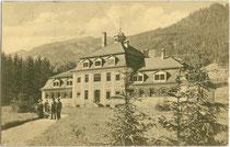 Städtisches Warmbad  im Stadtpark von Kitzbühel, eröffnet 1909.  Lichtdruck 9 x 14 cm; Impressum: Josef Ritzer, Kitzbühel (wohl im Eröffnungsjahr aufgenommen worden). Inv.-Nr. vu914ld00248