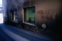 Höttinger Gasse (westliche Häuserflanke) an der Kreuzung im Urzeigersinn mit Innstraße (St. Nikolaus), Alte Innbrücke (zur Altstadt) und Mariahilfstraße. Farbdiapositiv 24 x 36 mm; © Johann G. Mairhofer 1992.  Inv.-Nr. dc135fuRD147.1_21