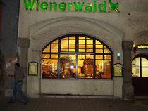 """Gastwirtschaft der Restaurantkette """"Wienerwald"""" in Innsbruck, Innere Stadt, Maria-Theresien-Straße 12 (heute Sportmoden Bogner). Digitalphoto; © Johann G. Mairhofer 2010.  Inv.-Nr. 1DSC01223"""