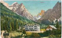 """Hotel """"Dolomitenhof"""" im Fischleintal, Gemeinde Sexten neben Gasthof """"Alte Post"""" gegen Zwölfer in den Sextener Dolomiten. Photochromdruck 9x14cm; Impressum: Josef Werth, Olang um 1907.  Inv.-Nr. vu914pcd00218"""