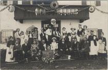 """Gäste vom """"Lager- und Sägeball"""" in einem unbezeichneten Gasthof im Raum Innsbruck. Gelatinesilberabzug 9 x 14 cm; Impressum: M. Senoner Inh(aber). K(arl). Goldmann, Maria-Theresien-Straße 13, Innsbruck um 1910.  Inv.-Nr. vu914gs00774"""