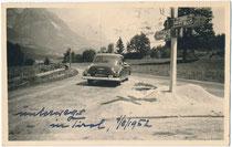 Sportcoupé der Marke Aston Martin (?) beim Einbiegen von der B 173 Eibergstraße (Söll-Kufstein) in die B 1 Loferer Straße, heute B 178 (Wörgl–Lofer) in Richtung St. Johann i.T.  Gelatinesilberabzug 9 x 14 cm 1952.  Inv.-Nr. vu914gs01189