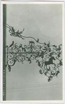 Wirtsschild vom Gasthof WEISSES RÖSSL in Kaltern. Gelatinesilberabzug 9 x 14 cm; Impressum: A(lfred). Stockhammer Hall in Tirol 1926.  Inv-Nr. vu914gs00240