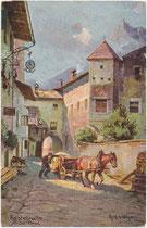 Schleifwagen beim Ansitz Krausegg (heute Rathaus) in Kastelruth, ehem Bzk. Bozen (heute Bezirksgemeinschaft Salten-Schlern). Farbautotypie 9 x 14 cm nach Original von Rud(olf). A(lfred). Höger; Verlag Joh. F. Amonn, Bozen 1906.  Inv.-Nr. vu914fat00134