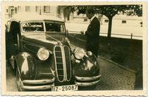 Cabriolet BMW 326, Markteinführung 1937, aufgenommen anlässlich einer Hochzeitsfeier. Gelatinesilberabzug 9 x 14 cm; Impressum: W. Bröker, München um 1940.  Inv.-Nr. vu914gs01099