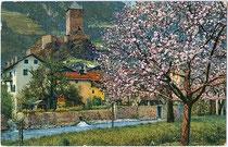 """Klausen am Eisack mit Burg BRANZOLL zur Obstblüte. Photochromdruck 9x14cm; Initialisiertes Impressum """"DL"""" um 1910.  Inv.-Nr. vu914pcd00208"""