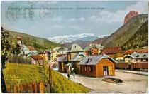 Bahnhofsareal der Grödnerbahn (1960 eingestellt worden) in St. Ulrich in Gröden / Urtijei. Farbautotypie 9 x 14 cm um 1920; Impressum auf Rückseite nicht zu verifizieren, da überklebt worden. Inv.-Nr. vu914fat00048