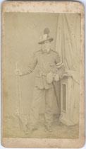 """""""Das war // Johann Grünwald // 1866 bei Mobi- // lisierung gegen // Italien ... Grünwald ...Kitzbichl … 7 8 1866"""" (wohl 8.7.1866). Albuminabzug auf Untersatzkarton 10,1 x 6,0 cm (Visitformat). Aufnahme: Anton Rothbacher, Kitzbühel.  Inv.-Nr. vuVIS-00001"""
