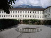 Westtrakt der Theologischen Fakultät mit Bibliothek der Universität Innsbruck, Karl-Rahner-Platz 1 vom Vorplatz des Akademischen Gymnasiums aus. Digitalphoto; © Johann G. Mairhofer 2013.  Inv.-Nr. 1DSC07350