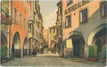 Kleine Lauben in der Altstadt von Brixen. Farblichtdruck 9x14cm; Editrice Sciliaria, Bolzano um 1925.  Inv.-Nr. vu914fld00006