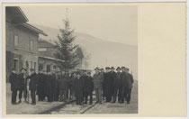 """""""Weihnachtsbaum für Alle"""" der Eisenbahner im Bahnhof von Landeck an der Arlbergbahn, Tirol. Gelatinesilberabzug 9 x 14 cm ohne Impressum, um 1935.  Inv.-Nr.vu914gs00289"""