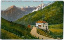 """Hotel """"Locatori"""" beim österreichisch-italienischenGrenzübergang am Tonalepass, Gemeinde Vermiglio im Sulzberg / Val di Sole. Photochromdruck 9 x 14 cm; Impressum: G. Pavanello, Cles um 1910.  Inv.-Nr. vu914pcd00075"""