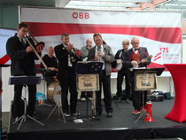 """The dirty railway station company"" Dixieland Band bei einem Jubiläumsfest der ÖBB am Bahnsteig 1 vom Hauptbahnhof Innsbruck. Digitalphoto; © Johann G. Mairhofer 2012.  Inv.-Nr. 1DSC05005"