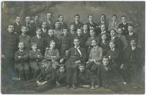 Maturaklasse vom Vinzentinum in Brixen mit einem Augustiner Chorherrn als Klassenvorstand. Gelatinesilberabzug 9 x 14 cm; Rudolf Largajolli, Kammerphotograph, Brixen 1916.  Inv.-Nr. vu914gs00294