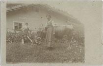 Sennerin und Besucher auf einer nicht bezeichneten Alm wohl im Raum Tirol oder Oberbayern. Gelatinesilberabzug 9 x 14 cm ohne Impressum (wohl Amateuraufnahme) um 1910.  Inv.-Nr. vu914gs00699