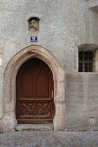 Gotisches Portal mit Madonnenrelief in Mauernische vom Bürgerhaus Salvatorgasse 13 in Hall in Tirol, Bezirk Innsbruck-Land. Digitalphoto; © Johann G. Mairhofer 2013.  Inv.-Nr. 1DSC07312