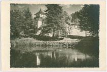 Zierteich beim Ansitz TASCHENLEHEN in Ampass bei Hall in Tirol. Gelatinesilberabzug 9 x 14 cm ohne Impressum, datiert 24.7.1926.  Inv.-Nr. vu914gs00048