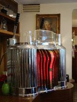 """Historische Espressomaschine aus den 50er Jahren des 20. Jhdts. im Café """"Munding"""" in der Altstadt von Innsbruck, Kiebachgasse 16. Digitalphoto; © Johann G. Mairhofer 2010.  Inv.-Nr. 1DSC00884"""