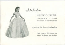 Empfehlungskarte mit Motiv Ballkleid mit rückseitig handschriftlich vermerkter Zahlungsbestätigung vom Modesalon Hedwig Treml, Pestalozzistraße 11 (Pembaurblock), Innsbruck-Pradl um 1950. Autoypie 10 x 15 cm; Inv.-Nr. vu105at00007