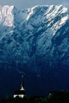 Filialkirche zum Hl. Johannes dem Täufer in Kleinsöll, Gemeinde Breitenbach am Inn vor dem Pendlingzug in den östlichen Brandenberger Alpen. Farbdiapositiv 24x36mm; (c) Johann G. Mairhofer 1977.  Inv.-Nr. dc135kd5073.03_13
