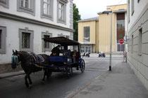 Fiakergespannwohl mit Stadttouristen  auf Stadtrundfahrt beim Volkskunstmuseum in der Angerzellgasse in Innsbruck, Innere Stadt. Digitalphoto; © Johann G. Mairhofer 2012.  Inv.-Nr. 1DSC03662