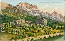 """Gebäude und Parkanlage des Hotel """"Miramonti"""" in Cortina, ehem. Gde, Ampezzo, Gef. Grafsch. Tirol (1868 – 1919, heute Cortina d'Ampezzo). Chromolithographie 9 x 14 cm; Impressum: Kunstanstalt A. Trüb & Cie., Aarau, Schweiz um 1907. Inv.-Nr. vu914clg00043"""