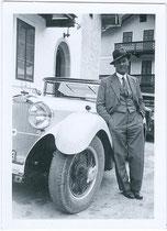 """Karossier Köllensperger aus Innsbruck mit einem Austro Daimler ADR 8 Modell """"Bergmeister"""" (hier evtl. ein Vorführ- oder Auslieferungsfahrzeug). Gelatinesilberabzug 6 x 9 cm, um 1935.  Inv.-Nr. kr609gs00001"""