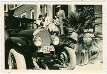Austro-Daimler ADR, Baujahr 1924 ff. einer Familie aus dem reichsdeutschen Landkreis Prenzlau. Gelatinesilberabzug 6 x 9 cm ohne Impressum (Amateuraufnahme).  Inv.-Nr. vu09gs00030