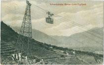 Fahrgastkabine der 1912 eröffneten Seilbahn von Lana im Burggrafenamt, Südtirol auf das Vigiljoch (1.486 m Seehöhe) aus. Lichtdruck 9 x 14 cm; Impressum: Leo Baehrendt, Meran 1914.  Inv.-Nr. vu914ld00286