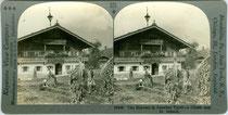 Einhof in St. Johann, Bezirk Kitzbühel, Tirol während der Kartoffelernte. Gelatinesilberabzug auf Untersatzkarton 9 x 18 cm; Impressum: Keystone View Company, Meadville (Pennsylvania, U.S.A.) u.a.O., um 1910.  Inv.-Nr. ST-00003