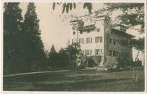 Villa Casteller (heute agritouristischer Betrieb), via a Casteller 20 im Süden von Trient. Gelatinesilberabzug 9 x 14 cm ohne Impressum, postalisch befördert 17.12.1928.  Inv.-Nr. vu914gs00548