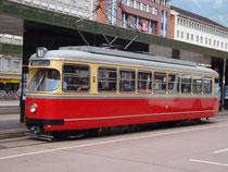 Triebwagen 61 von Lohner und ELIN für die Innsbrucker Verkehrsbetriebe (Dienstbetrieb 1960 bis 1988, heute im Bestand der Tiroler Museumsbahnen) am Hauptbahnhof Innsbruck. Digitalphoto; © Johann G. Mairhofer 2010.  Inv.-Nr. 2DSC00955
