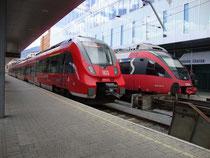 Triebwagen des Herstellers Bombardier DB Reihe 2442 (Typ TALENT 2) auf Bstg. 21 und der ÖBB Reihe 4024 (Typ TALENT 1) auf Bstg. 22 (v.l.n.r.) vom Hauptbahnhof Innsbruck. Digitalphoto; © Johann G. Mairhofer 2014.  Inv.-Nr. 2DSC00326