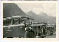 Autobus der Deutschen Reichspost auf dem Parkplatz beim Franz-Joseph-Haus an der Großglockner-Hochalpenstraße, um 1940. Gelatinesilberabzug 6x9cm, Privatphoto.  Inv.-Nr. vu609gs00008